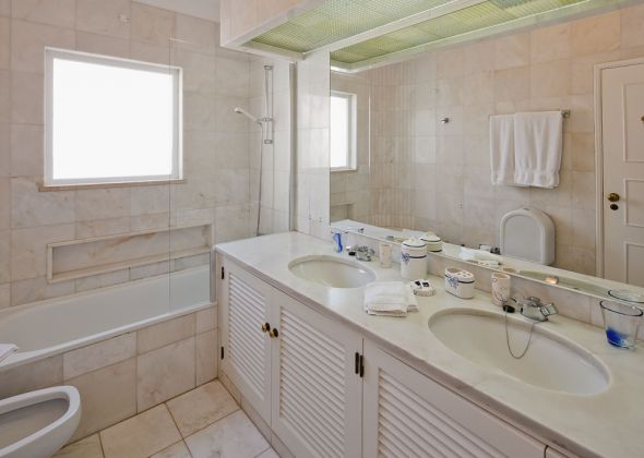 017A vale do lobo bathroom