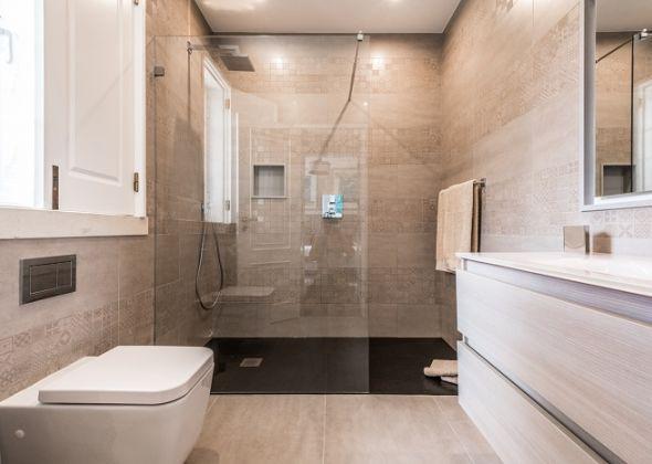 26 val verde (now 11 val verde), en-suite shower room