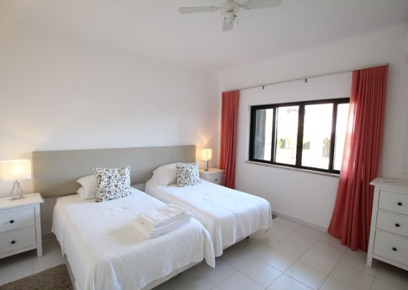 941b vale do lobo bedroom