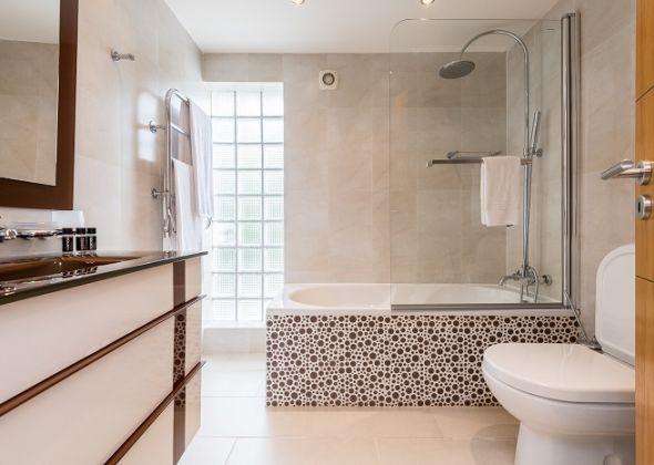 Villa Swakeleys, 1 Val Verde, en-suite bathroom