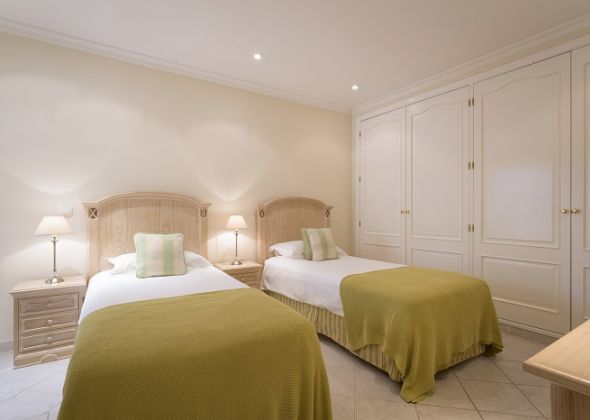 983a vale do lobo bedroom