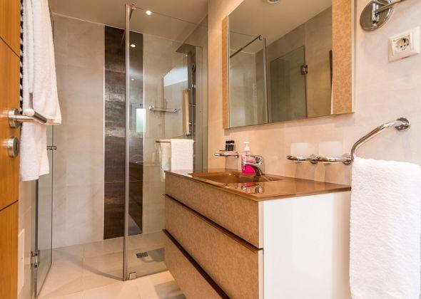 Villa Swakeleys, Val Verde en-suite shower