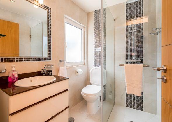 Villa Swakeleys, 1 Val Verde, en-suite shower