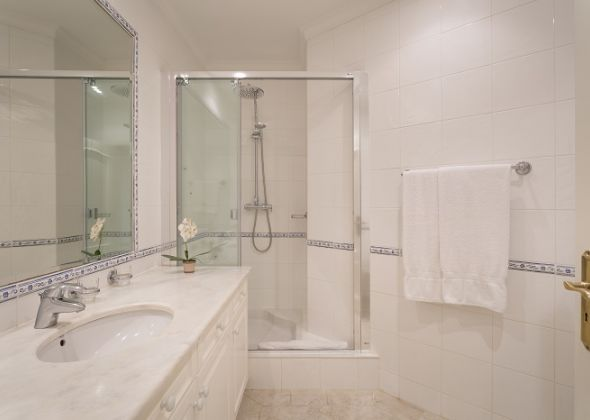 983a vale do lobo shower room