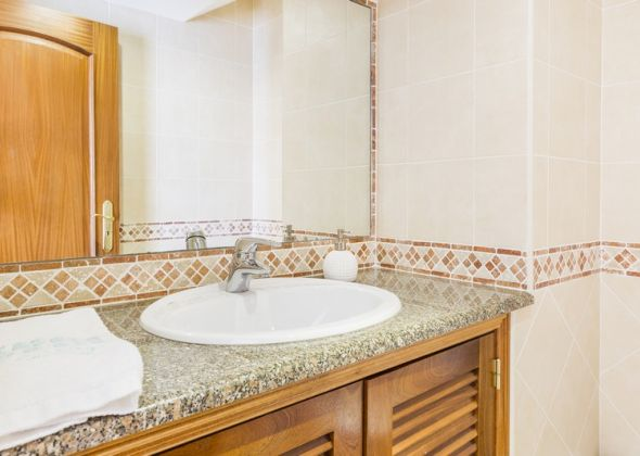 9 vale do lobo bathroom