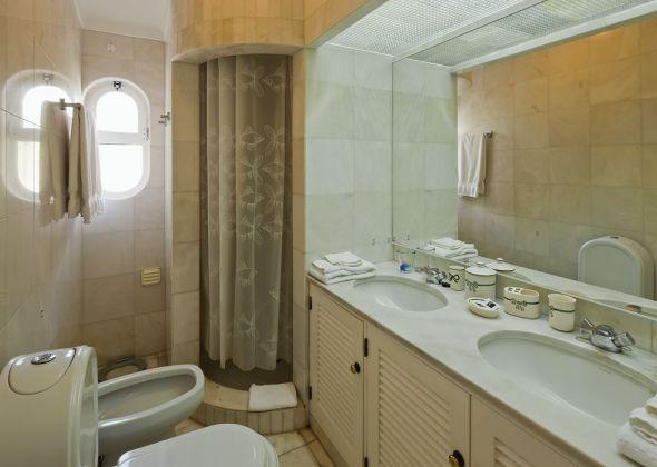 017A vale do lobo shower room