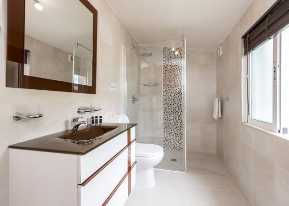 Villa Swakeleys, 1 Val Verde en-suite shower room